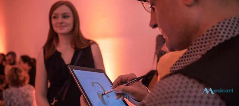 CARICATURISTA CON IPAD EN EL COCKTAIL PRESENTACIÓN VALID WORLD HALL